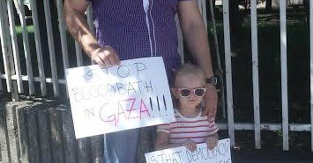 Sarajlija s trogodišnjom kćerkom protestovao za Gazu ispred Ambasade SAD-a
