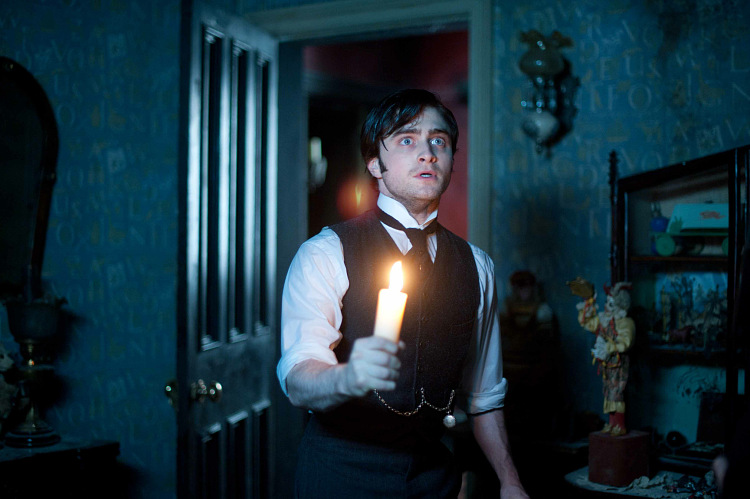 2012-The-Woman-in-Black-daniel-radcliffe-31919101-750-499