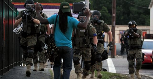 Policajac ubio tinejdžera; neredi na komemoraciji