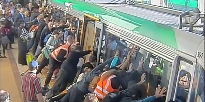 SUPERMENI: Putnici pomerili voz težak 10 tona i spasili zaglavljenog čoveka
