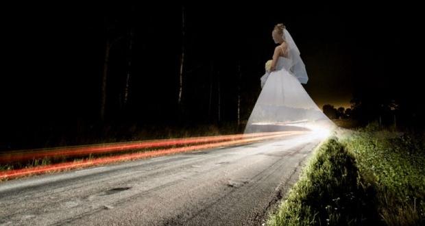 Mrtva devojka u venčanici šeta drumovima