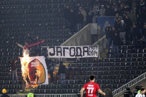"""Navijači Partizana odali počast ubijenom """"deliji"""" i zapalili zastavu Galatasaraja!"""