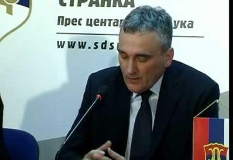 Načelnik Gradiške Zoran Latinović odlučio je da sebe i još tri funkcionera ove opštine počasti sa po 8.000 maraka.