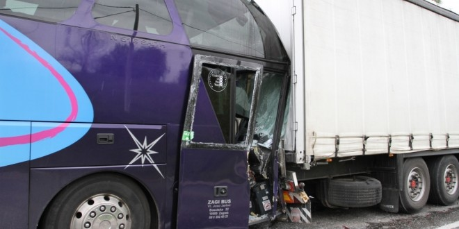 Kamion sa prikolicom udario u autobus Teslić-prevoza