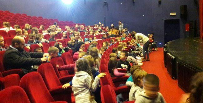 Djeca iz teslićkih vrtića prvi put u pozorištu (FOTO)
