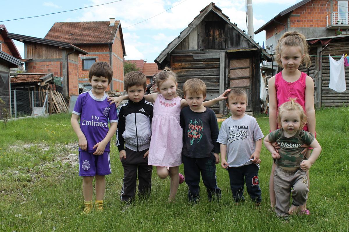 Чудо у Ђулићу код Теслића – отац 27 година и мајка 26 имају чак седморо дјеце!
